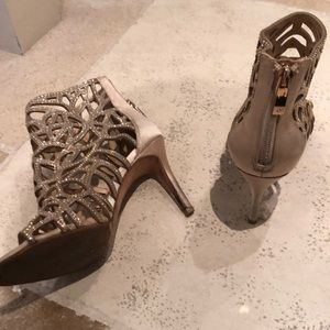 Vince Camuto Shoes - Vince Camuto gold dress pumps sz 5